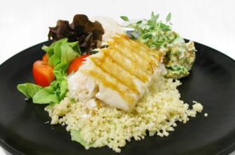 Grillad fisk med avokado och romröra
