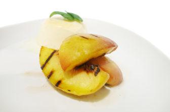 Vaniljparfait med grillade persikor