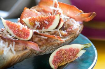 Fikon- och pecorinosmörgås med rostad serrano