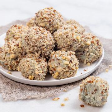 Ädelostbollar rullade i rostade hasselnötter
