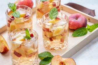 Alkoholfri sangria med persikor