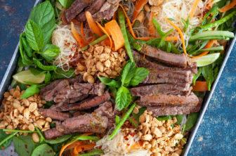 Asiatisk biffsallad med krossade jordnötter