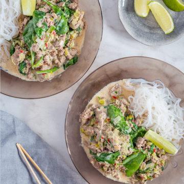 Asiatisk kycklingfärsgryta med shiratakinudlar och lime