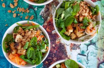 asiatisk nudelsallad med krispig tofu