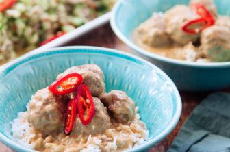 Asitatiska köttbullar i kokosmjölk och spicy sallad