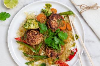 Asiatiska kycklingfärsbiffar med nudelwok