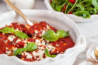 Auberginerullar med fetaost i tomatsås och sallad