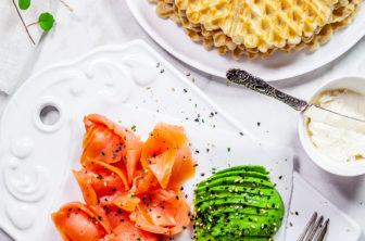 Bovetevåfflor med kallrökt lax, avokado och pepparrotsvisp