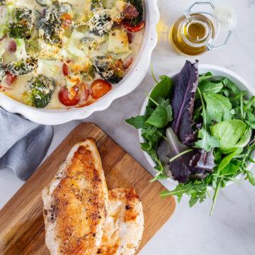 Broccoligratäng med stekt kyckling och sallad