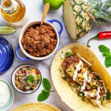 Carnitas med grillad ananassalsa och mexikansk slaw