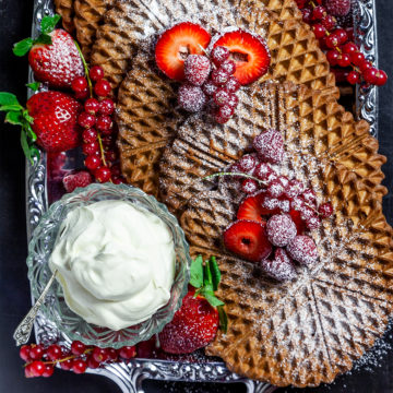 Chokladvåfflor med röda bär och lättvispad grädde