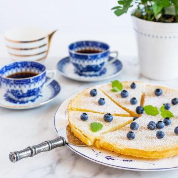 Citronkladdkaka med blåbär och lättvispad grädde