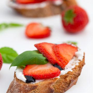Crostini med chèvrekräm, jordgubbar, basilika och balsamico