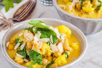 Currygryta med mandeltopping
