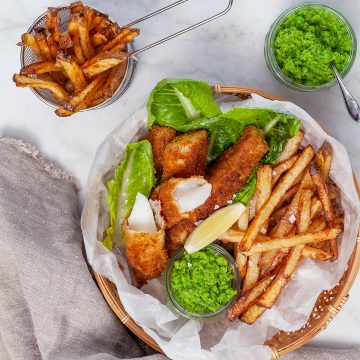 Fish and chips med mashed peas