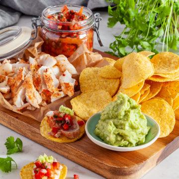 Fish taco med tomatsalsa och guacamole