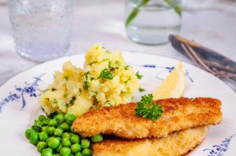 Fiskpinnar med örtkrossad potatis och gröna ärtor