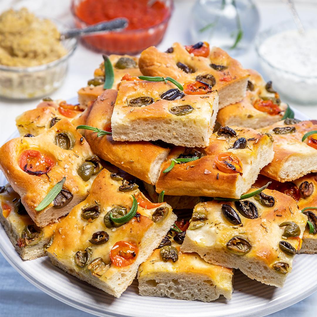 Focaccia med tomat och oliver