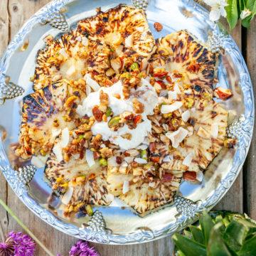 Grillad ananas med glass, honungsrostade nötter och hackad choklad