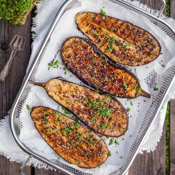 Grillad aubergine med sesam och krasse