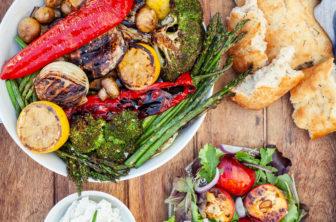 Grillad grönsaksbricka med vispad getostkräm, sommarsallad med grillad nektarin och bröd