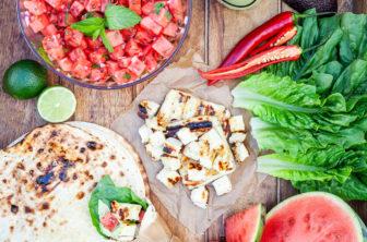 Grillad halloumi med vattenmelonsalsa och guacamole i grillat tortillabröd