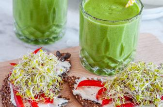 Grön smoothie och knäcke med färskost och paprika