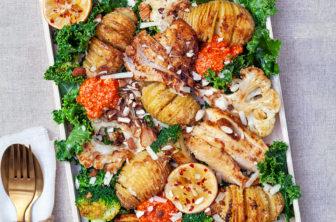 Hasselbackspotatis med rostade grönsaker, kyckling och grillad paprikakräm