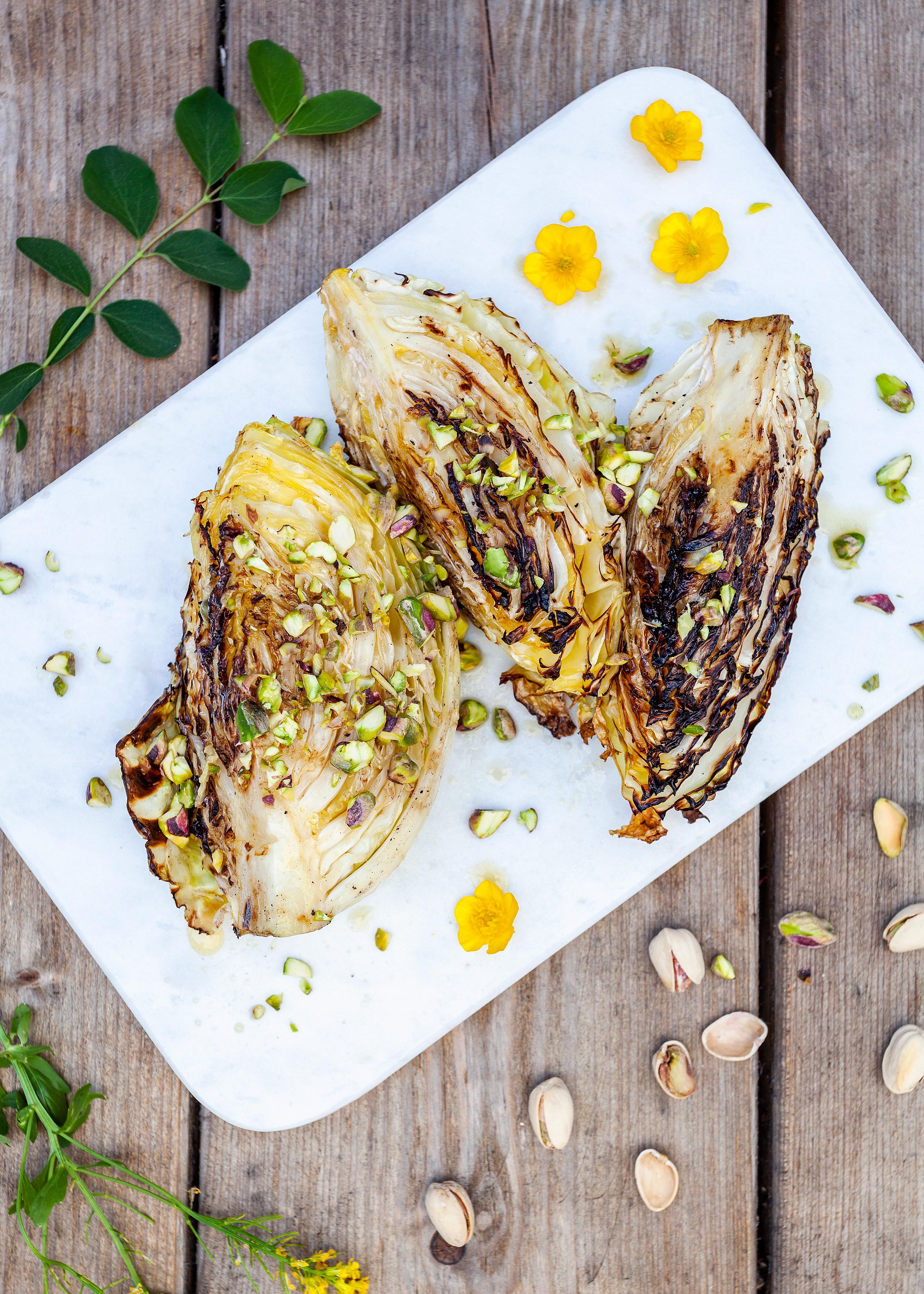 Helgrillad spetskål med brynt smör och crunchiga nötter