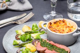 Helstekt oxfilé med gremolata, potatis- och jordärtskocksgratäng och bakade grönsaker