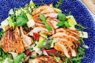 Italiensk kycklingsallad med grillade grönsaker och parmesan