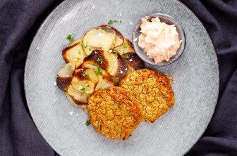 Kikartsbiffar med rostad potatis och morotstzatziki
