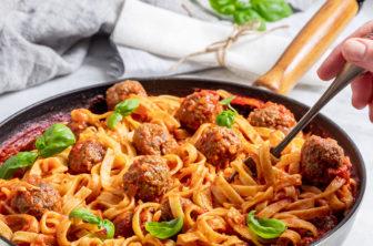 Köttfärsbollar i mumsig tomatsås och pasta