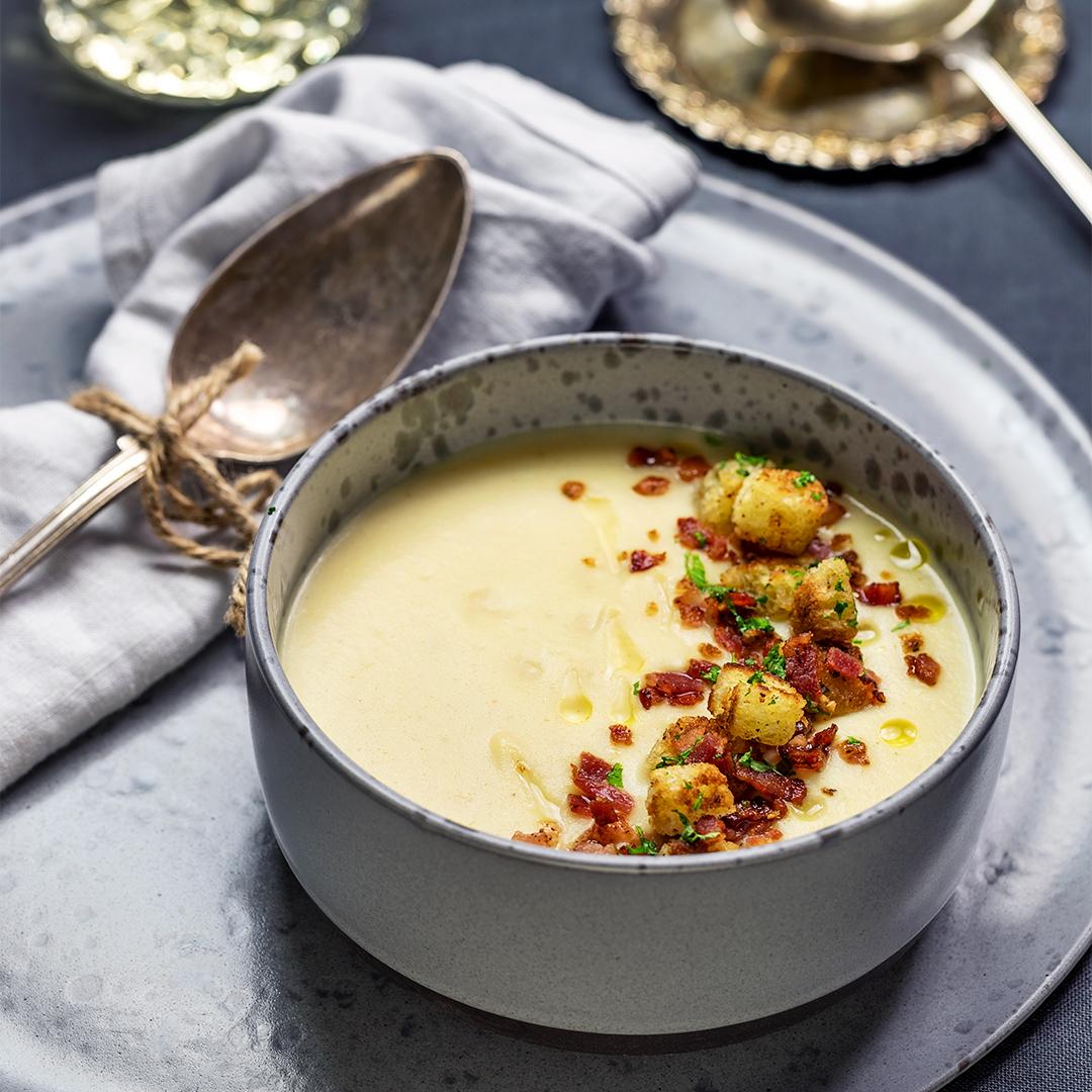 Krämig blomkålssoppa med vitlöksstekta krutonger och knaprigt fläsk