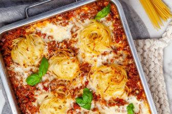 Krämig köttfärsgratäng med spaghetti och osttäcke