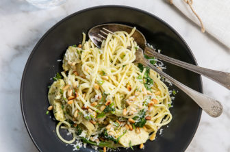 Spaghetti med kronärtskocka och pinjenötter