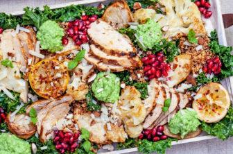 Kryddig quinoa med rostade grönsaker, kyckling och ärtpesto