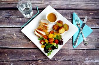 Stekt kyckling med gräddsås, rostad potatis och krispig sallad