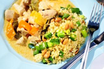 Kyckling i röd curry med jordnötsbulgur