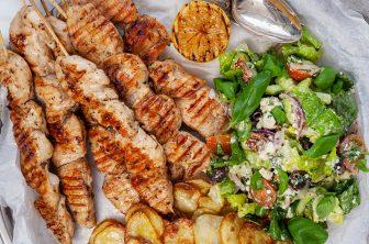 Kycklingsouvlaki med rostad potatis och grekisk sallad