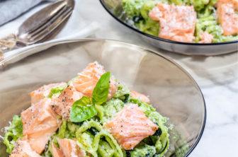 Lax med zucchinipasta och broccolipesto