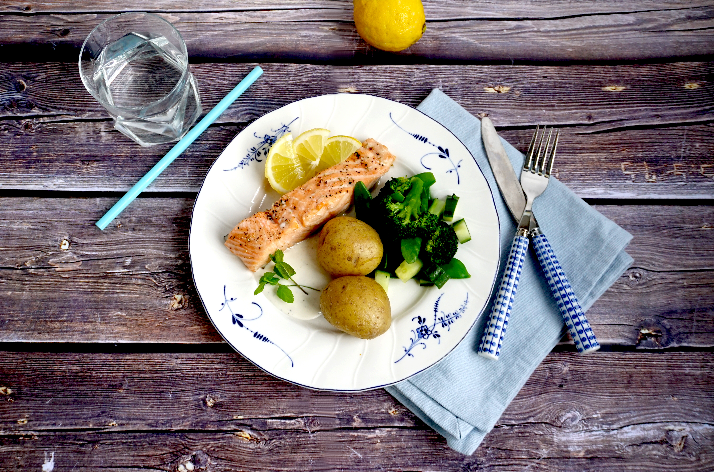 Ugnsstekt lax med kokt potatis, kall citronsås och gröna grönsaker