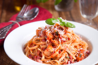 Linguini i tomatsås med kronärtskocka och knaprigt bacon
