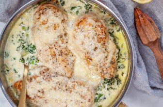 Parmesangratinerad kyckling på grönkålsbädd