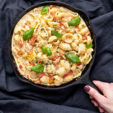 Pasta med gratinerad fetaost och tomat