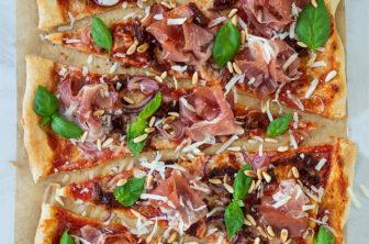 Pizza med serrano, soltorkad tomat och parmesan