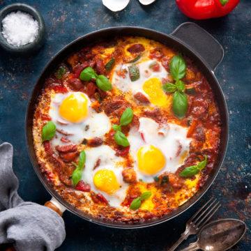 Ratatouillepanna med chorizo och bakade ägg