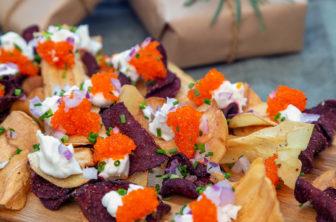 Rotfruktschips med tångkaviar och vispad havrekräm
