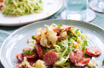 Spaghetti med grön ärtpesto och korvfräs