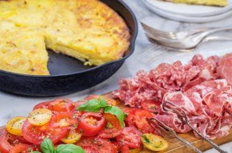 Spansk tortilla med antipasti och tomatsallad